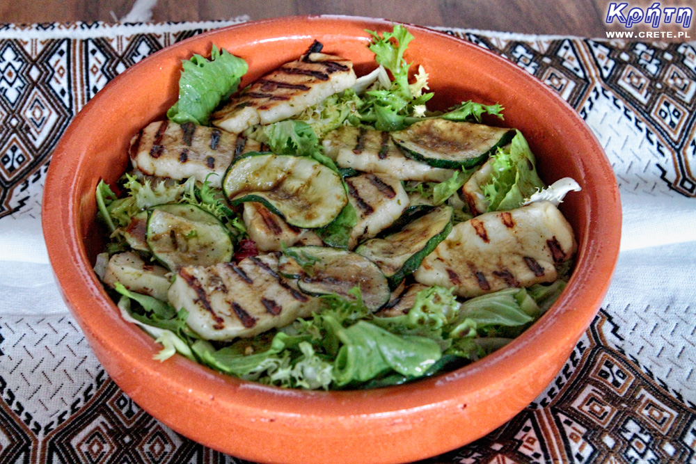 Salad with grilled haloumi and zucchini